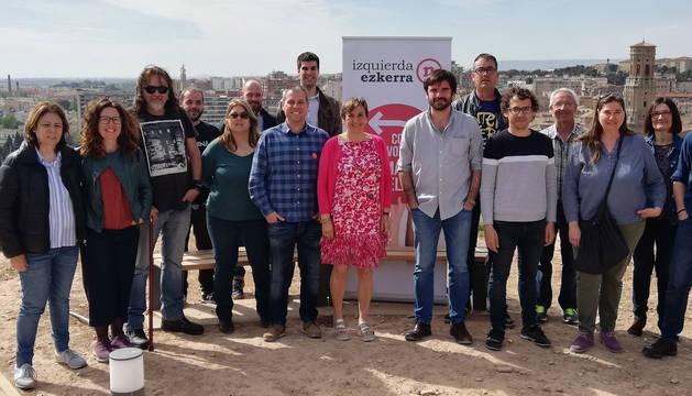 foto de Marisa de Simón y Eneko Larrarte en Tudela junto a otros candidatos de I-E en Tudela