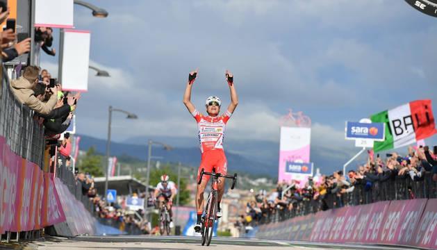 Fausto Masnada celebra el triunfo.