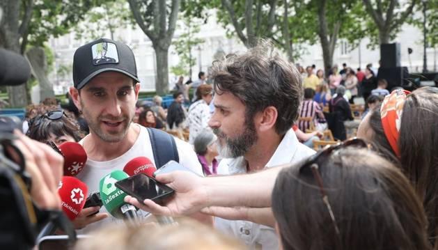 Foto de los actores Dani Rovira y Fernando Tejero acuden a un acto de Más Madrid a favor del bienestar animal.