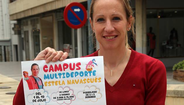 La atleta tudelana Estela Navascués, con el cartel de su campus.