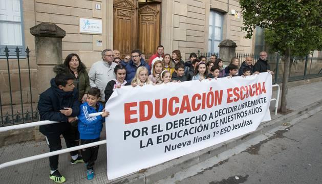 CONCENTRACIÓN ANTE EL COLEGIO Padres, familiares y alumnos afectados se concentraron ayer ante la puerta del colegio Jesuitas.