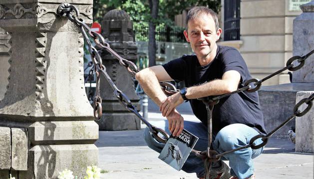 El autor vizcaíno, que reside en Arbizu desde hace quince años, posando el jueves por la tarde en el Paseo de Sarasate de Pamplona.