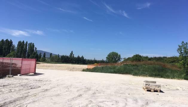 Imagen del inicio de las obras en la parcela que albergará el futuro colegio de Mutilva.