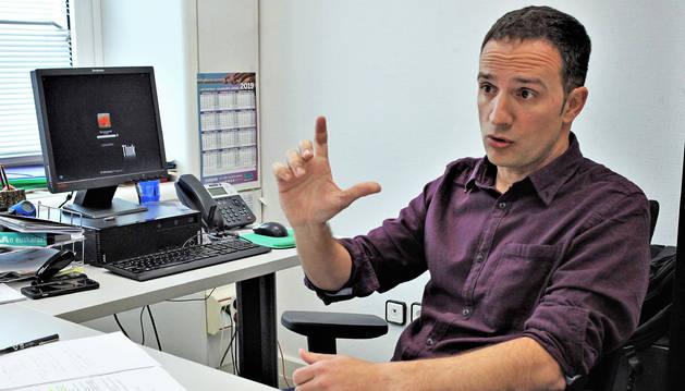 Lakuntza mantiene su despacho en las oficinas de ELA en Pamplona, pero le toca viajar con frecuencia al País Vasco.