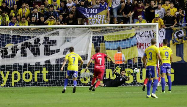 Sergio Herrera para uno de los tres lanzamientos de penalti que detuvo la pasada temporada con una actuación estelar.