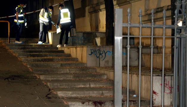 foto de La policía científica inspeccionan el lugar donde un hombre ha apuñalado a su expareja en Granada