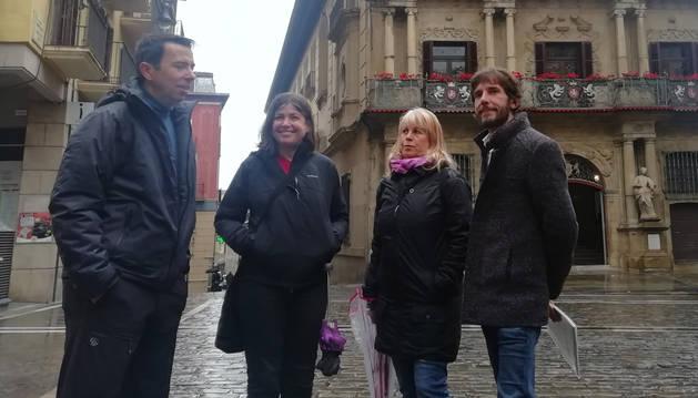 foto de Mikel Buil junto a representantes de Podemos en la Plaza del Ayuntamiento de Pamplona en un acto electoral