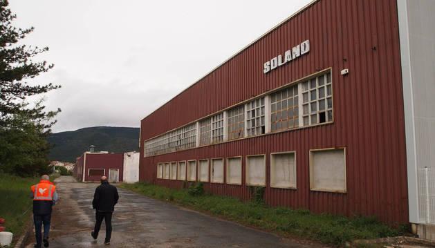 Las grandes naves de la antigua empresa de Solano, en Aoiz, llevan prácticamente abandonadas desde que cerró hace unos 12 años.