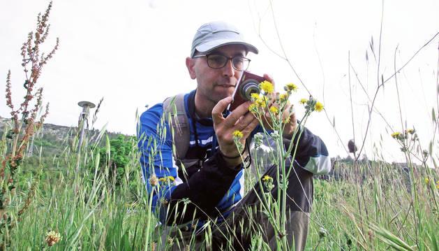 Óscar Pérez Andueza, fotografiando una flor para poder catalogarla posteriormente. Así lleva un registro de 403 plantas distintas.