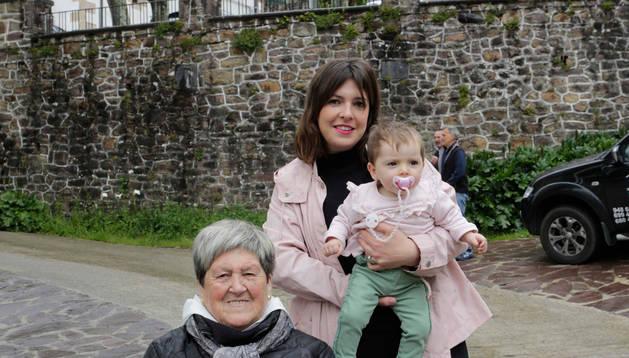 Ramona Juantorena, 87 años, junto a Maitane Erasun y su hija Helene Tellechea, de 10 meses.