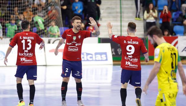 El cierre brasileño Araça (centro) celebra, el viernes, con sus compañeros Eric Martel y Dani Saldise el primer gol de Osasuna Magna en presencia de un cabizbajo Míchel.
