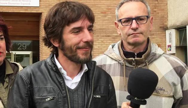 Mikel Buil atiende a los medios ante la sede de la Asociación de Empresas de Economía Social de Navarra
