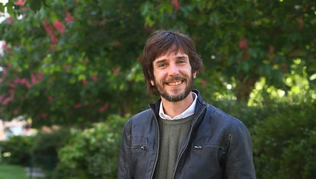 Mikel Buil, junto a un árbol ornamental en el Paseo de los Enamorados de Pamplona.