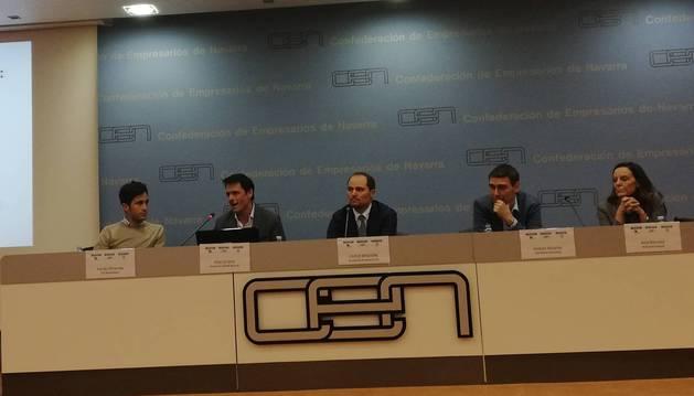 De izquierda a derecha, Adrián Miranda (Multihelpers), Álex Uriarte (Aedipe), Carlo Bindoni (IE Navarra Club), José Antonio Ascarza (Oniria Consulting) y Ana Herranz (Business School).