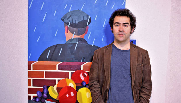 Juan de la Rica posa  junto a la obra Vertumnus, cuadro con referencias a la pintura popular vasca.