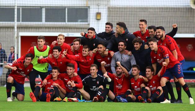 La plantilla de Osasuna Promesas celebra el título de Tercera División tras vencer al Corellano.