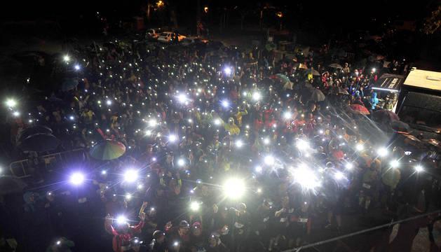 Cada participante llevaba una luz frontal para ver por donde tenía que ir en el recorrido nocturno de 12 kilómetros.