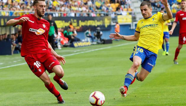 Roberto Torres y Matos luchan por el balón durante el partido Cádiz-Osasuna.