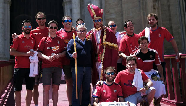 El presidente de Osasuna, Luis Sabalza, junto a aficionados y un peculiar San Fermín ante la Catedral de Cádiz.