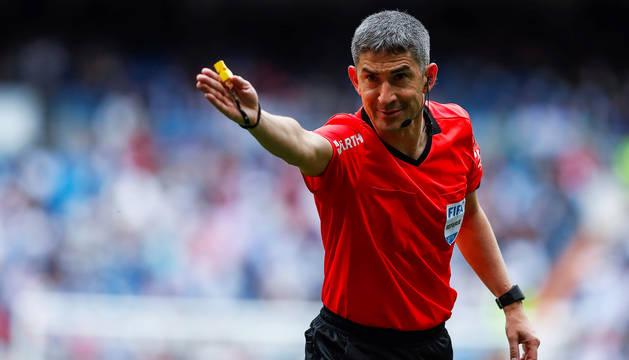 Alberto Undiano Mallenco señala una falta durante su último encuentro en LaLiga Santander, en el Santiago Bernabéu.