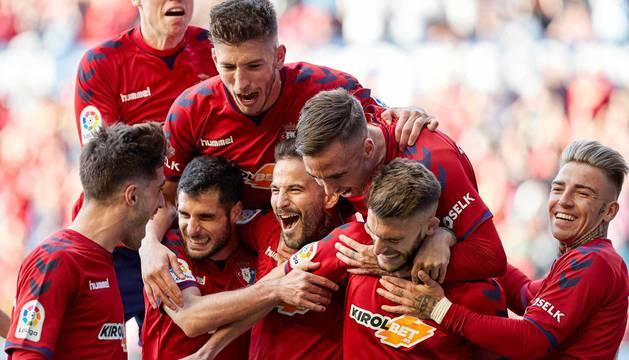 Los jugadores rojillos celebran un gol ante el Albacete en El Sadar.