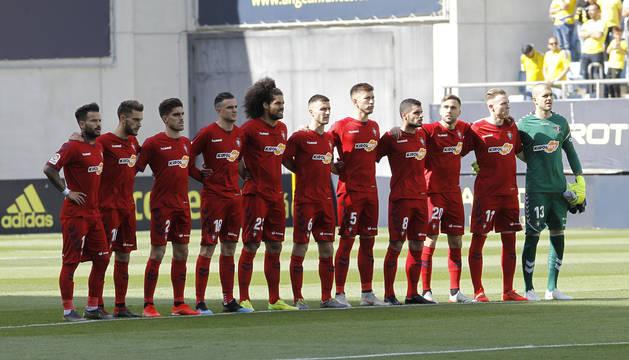 El once titular de Osasuna en el Ramón de Carranza, durante el minuto de silencio antes de comenzar el partido.