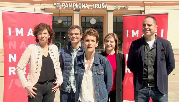 María Chviite junto a candidatos del PSN durante el acto electoral en la estación del tren de Pamplona.