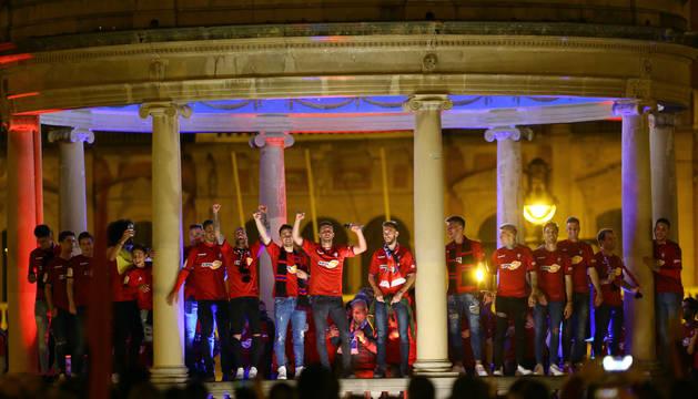 Los capitanes, Oier y Roberto Torres, en medio del kiosko, rodeados por sus compañeros.