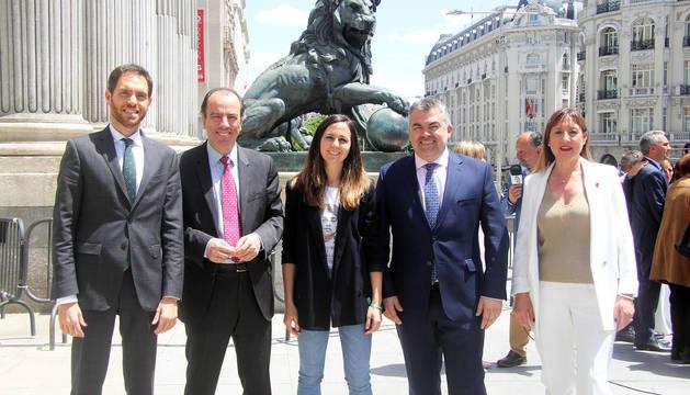 Los 5 diputados por Navarra. Por la izda: Sergio Sayas (N+), Carlos García Adanero (N+), Ione Belarra (Podemos), Santos Cerdán (PSN) y Conchi Ruiz (PSN), ayer en Madrid.