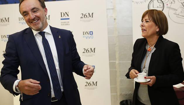 Javier Esparza y Uxue Barkos, candidatos de Navarra Suma y Geroa Bai, bromean en los instantes previos al debate.