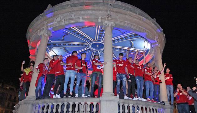 La afición y los jugadores de Osasuna celebran el ascenso a Primera División en la Plaza del Castillo de Pamplona.