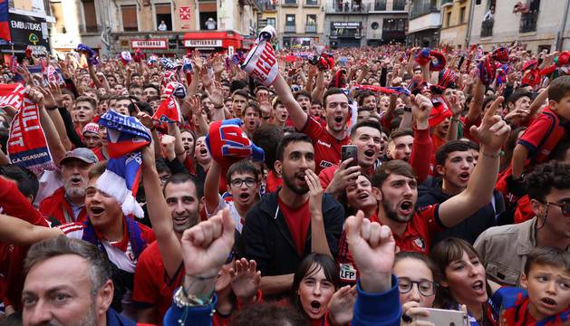 La plantilla, el cuerpo técnico y la directiva del C.A. Osasuna celebró en la sede del Gobierno de Navarra y en el Ayutamiento de Pamplona el ascenso a Primera División.