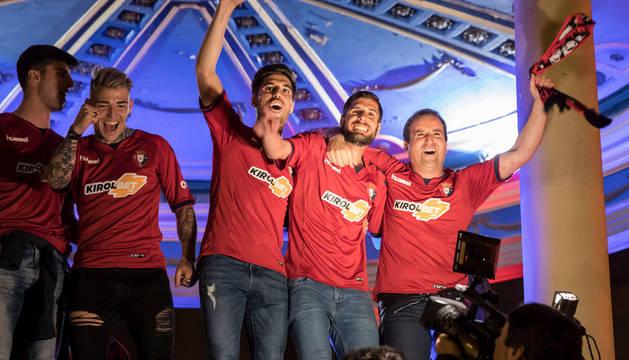 Jagoba Arrasate, primero por la izquierda, abrazado a Fran Mérida y Nacho Vidal.