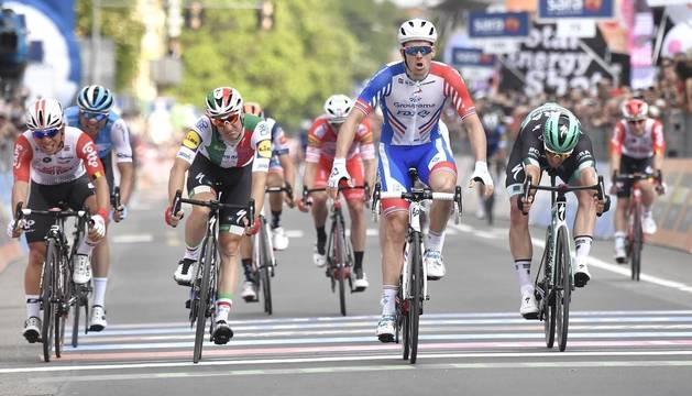 Demare se impone al sprint en la décima etapa y Conti mantiene el liderato