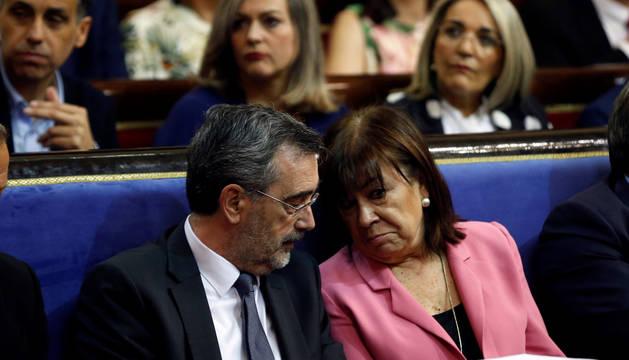 La presidenta del PSOE, Cristina Narbona, conversa con el senador electo Manuel Cruz, durante la constitución del Senado.