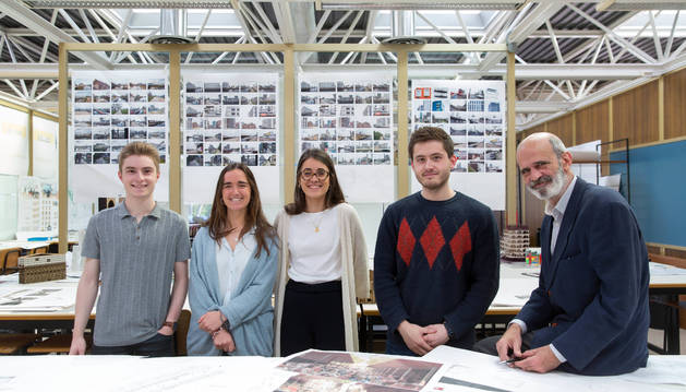 Desde la izquierda, los alumnos autores de los dos proyectos finalistas: Marc Ribert, Patricia Rey-Baltar, Carlota Esquíroz y Pablo Elosúa. Con ellos, el profesor José Antonio Sacristán.