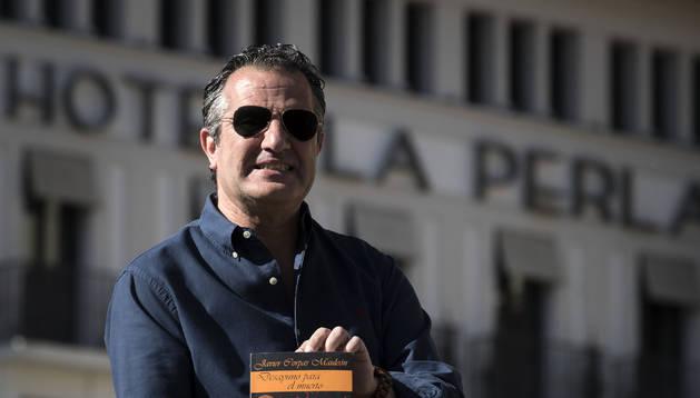Jesús Javier Corpas, en el quiosco de la Plaza del Castillo. Al fondo, el hotel La Perla, escenario recurrente en su novela.