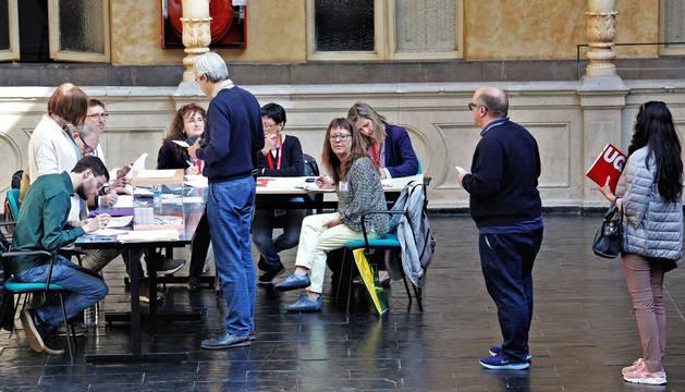 foto de Electores hacen cola para emitir su voto en el Instituto Navarro de Administración Pública.