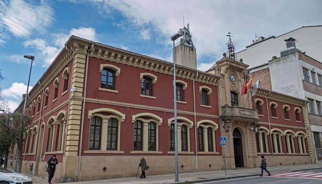 foto de Exterior del Ayuntamiento de Estella, con la sede de Policía Municipal a la izquierda.