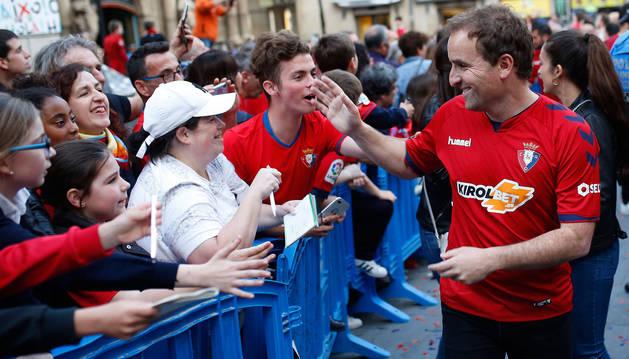 foto de Jagoba Arrasate saluda a estos aficionados a su llegada al Ayuntamiento de Pamplona el pasado martes.