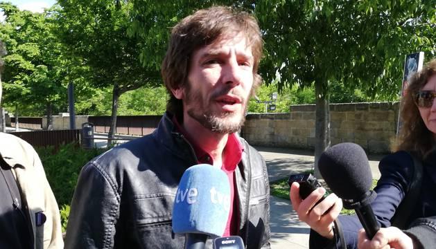 Mikel Buil, candidato a la Presidencia de Navarra, en un acto junto al arzobispado este miércoles en Pamplona.