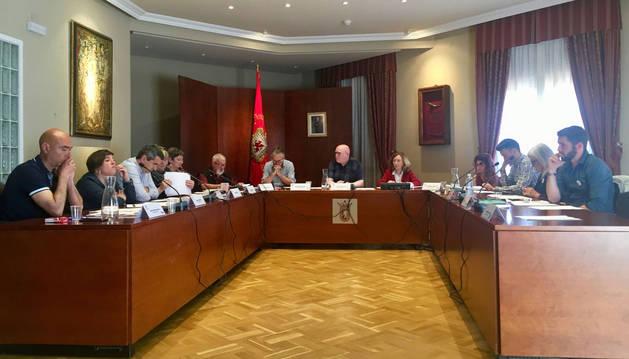 foto de Un momento de la sesión celebrada ayer en el salón de plenos. Se despidió, entre aplausos, Juan Mª Feliu (EH Bildu), en la imagen sexto desde la izquierda.