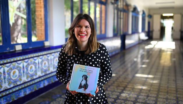 Beatriz Rey, con un ejemplar de 'Mi perra Dama tiene alzhéimer', en el Hospital Psicogeriátrico San Francisco Javier, de Pamplona.