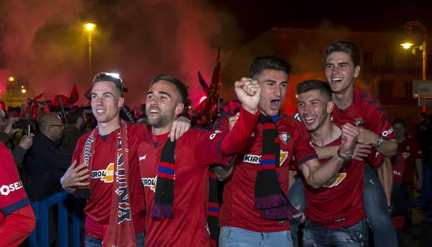 Carlos Clerc, Rober Ibáñez, Luis Perea, David García y Javi Martínez, el lunes por la noche llegando a la plaza del Castillo.