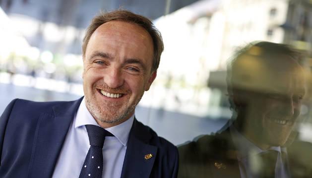 El candidato de Navarra Suma a la presidencia del Gobierno foral, Javier Esparza, sonriendo.