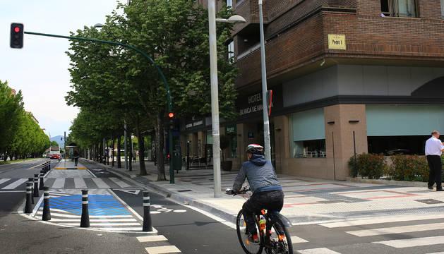 Un ciclista por el carril bici se aproxima al Hotel Blanca de Navarra, donde los taxistas tienen que apear a los pasajeros en doble fila.
