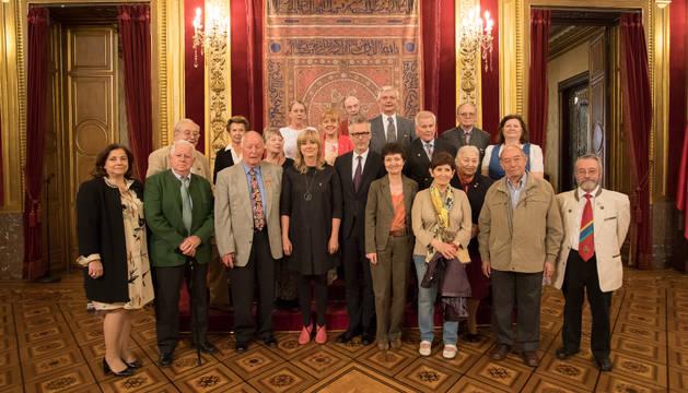 Foto de grupo de la recepción en el Palacio de Navarra. Junto a la consejera, el embajador de Austria, Christian Ebner.