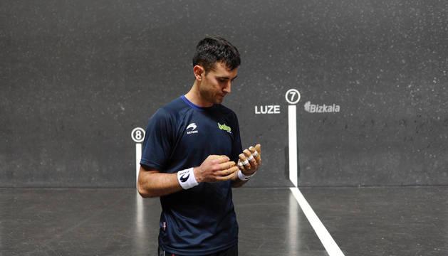 Urruti mira su mano izquierda después del entrenamiento en el que no se vio en condiciones.
