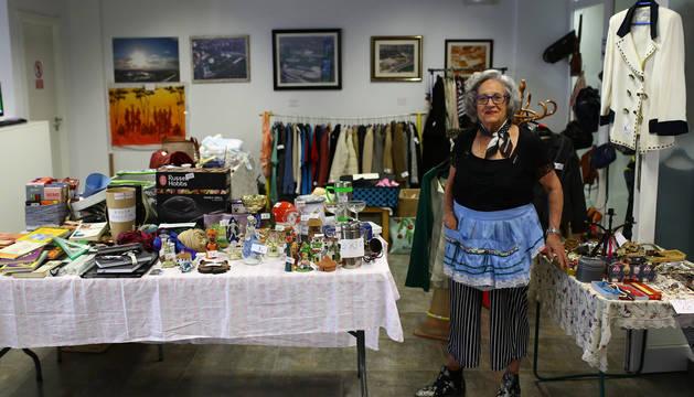 Carmen Irurita, con el delantal tradicional de Bolivia, da salida al género de su mercadillo solidario.