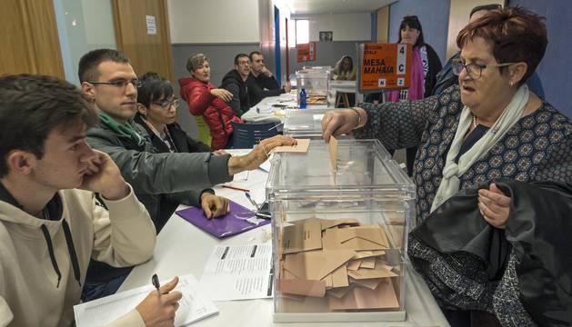 Los integrantes de una mesa electoral en un colegio de Estella, durante las pasadas elecciones del 28 de abril.
